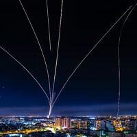 כיפת ברזל מיירטת רקטות שנורו מרצועת עזה באזור אשדוד, 16 במאי 2021 (צילום: אבי רוקח, פלאש 90)