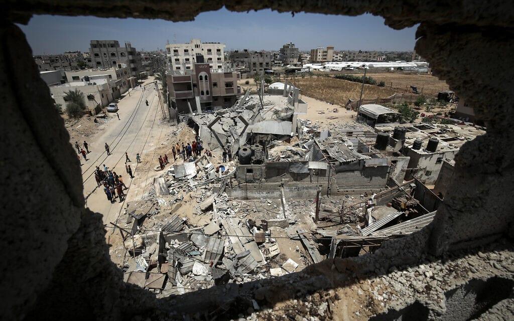 """פלסטינים ליד הריסות ברפיח בדרום רצועת עזה לאחר תקיפת צה""""ל במבצע """"שומר החומות"""", 16 במאי 2020 (צילום: Abed Rahim Khatib/Flash90)"""