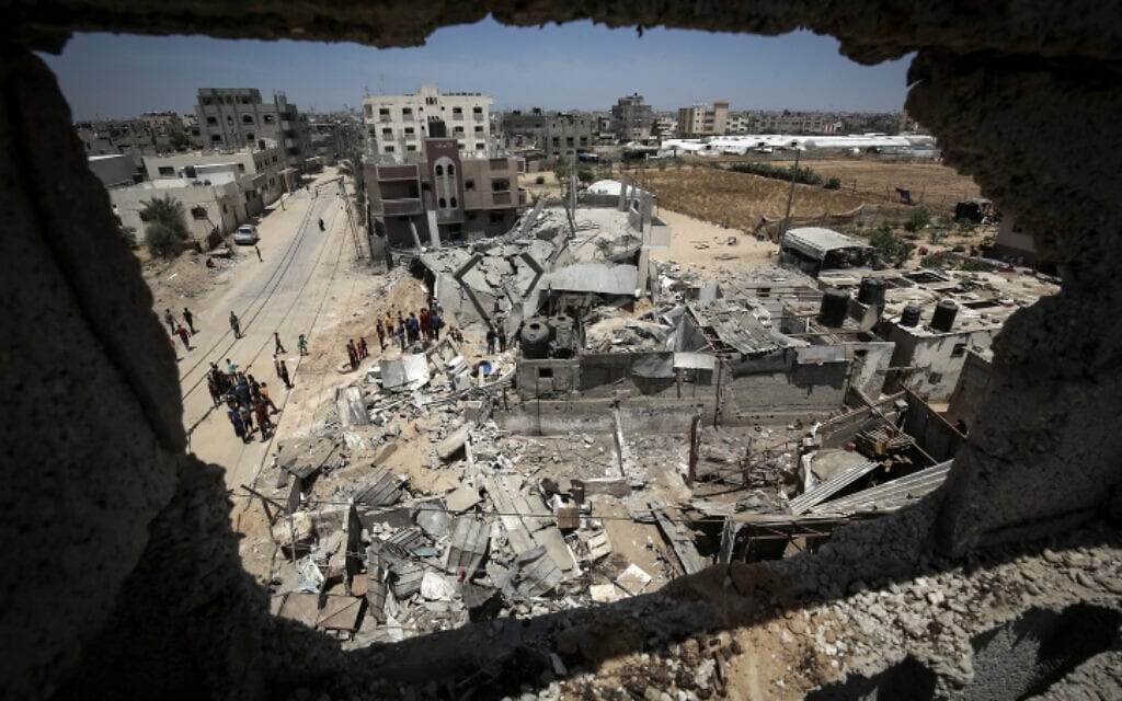 פלסטינים ליד הריסות ברפיח בדרום רצועת עזה לאחר תקיפת צה״ל במסגרת מבצע שומר החומות 16.5.21 (צילום: Abed Rahim Khatib/Flash90)