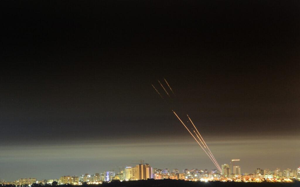 יירוט של כיפת ברזל כפי שנראה מאשקלון במבצע שומר החומות, 17.5.21 (צילום: Avi Roccah/Flash90)