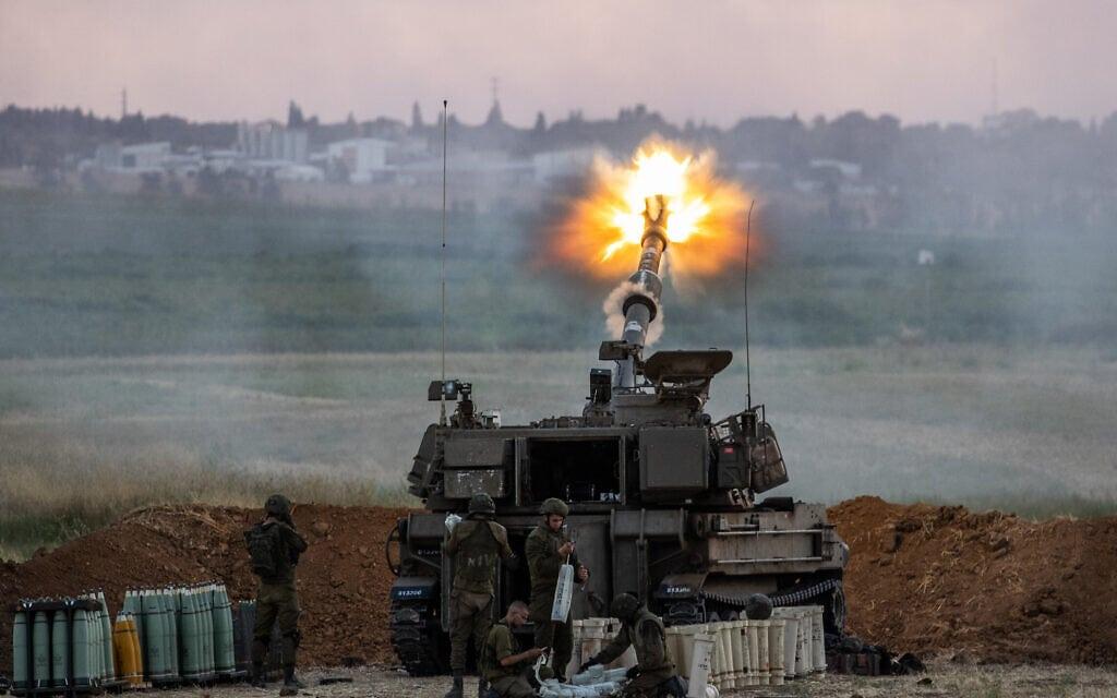 """צה""""ל יורה ארטילריה לעבר רצועת עזה במבצע """"שומר החומות"""", 17 במאי 2021 (צילום: יונתן זינדל/פלאש90)"""