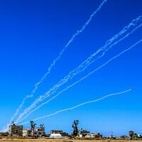 שיגור רקטות לישראל, מבט מרפיח שבדרום הרצועה, 18 במאי 2021 (צילום: Abed Rahim Khatib/Flash90)