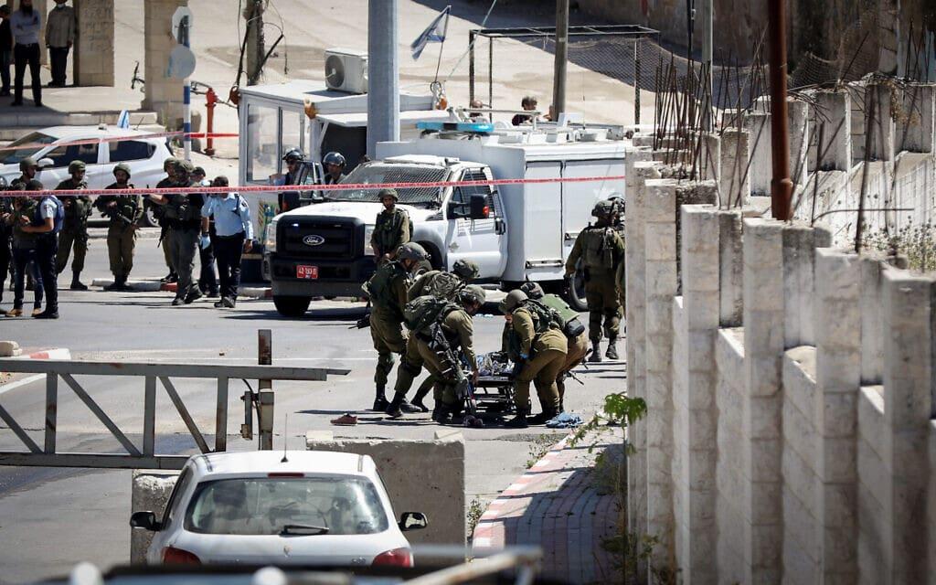 חיילים בזירה בחברון שבה מחבל ניסה לבצע פיגוע, 18 במאי 2021 (צילום: Wisam Hashlamoun/FLASH90)