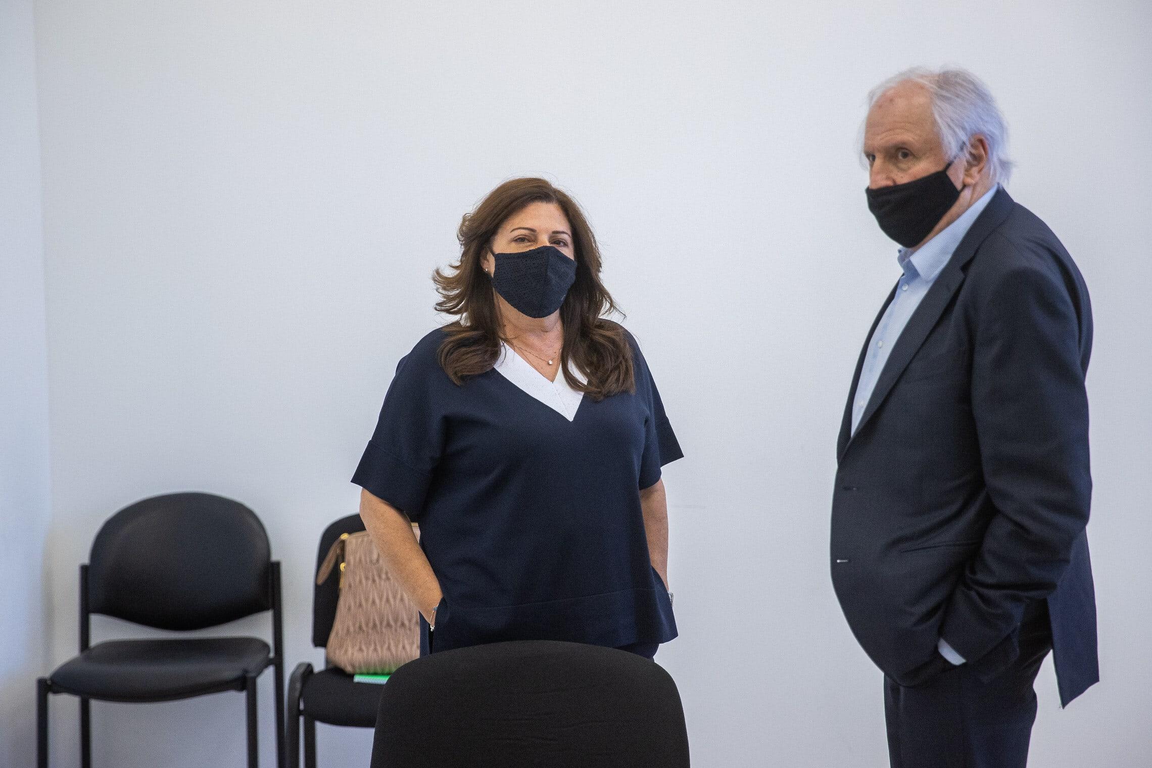 שאול ואיריס אלוביץ' בבית המשפט המחוזי בירושלים, 18 במאי 2021 (צילום: יונתן זינדל/פלאש90)