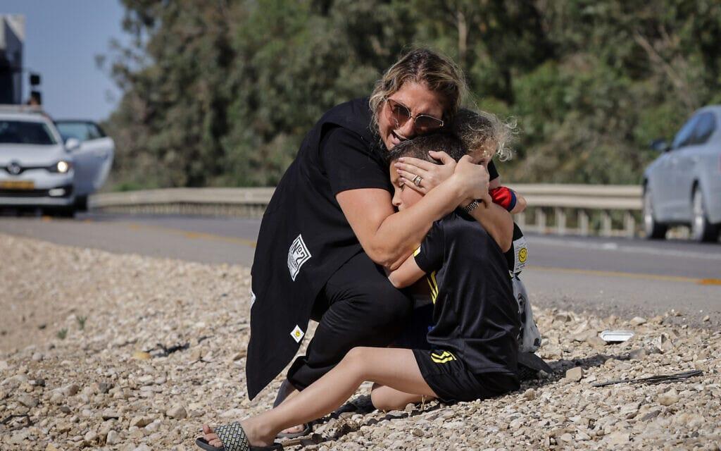 אמא ובת בכביש פתוח במהלך אזעקה באשקלון, 19 במאי 2021 (צילום: אוליבייה פיטוסי/פלאש90)