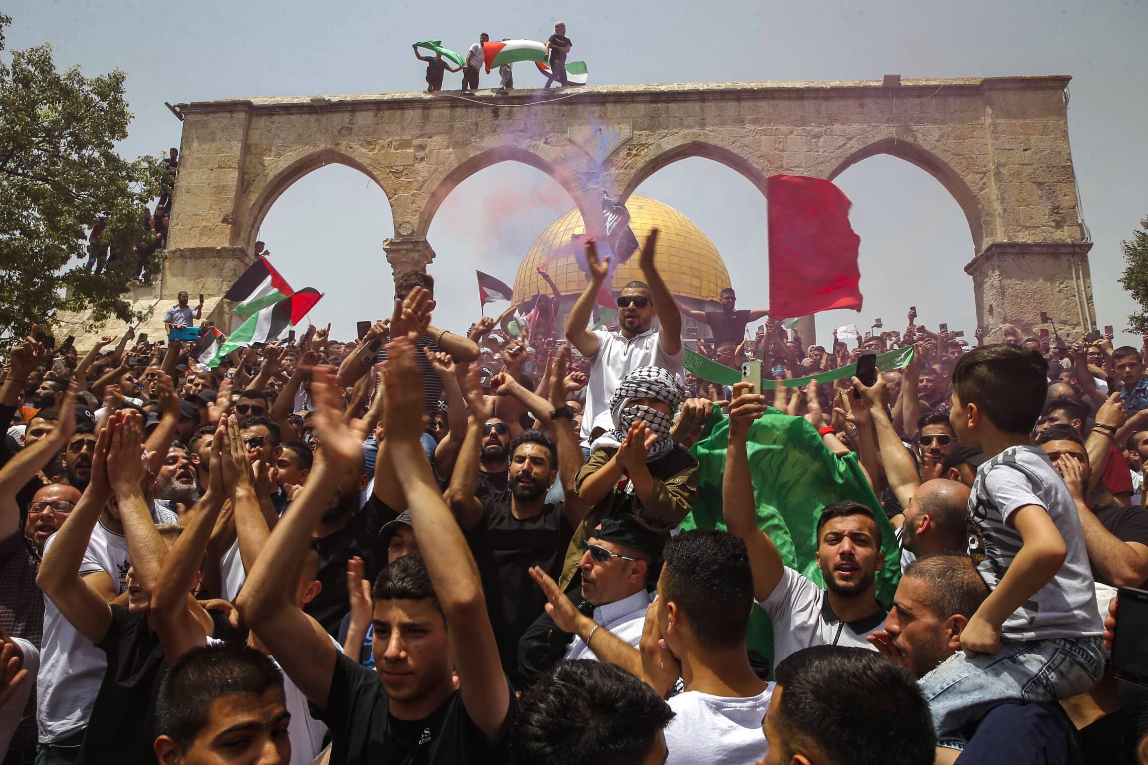 מתפללים פלסטינים חוגגים באל אקצא ביום שישי, 21 במאי 2021 (צילום: Jamal Awad/Flash90)