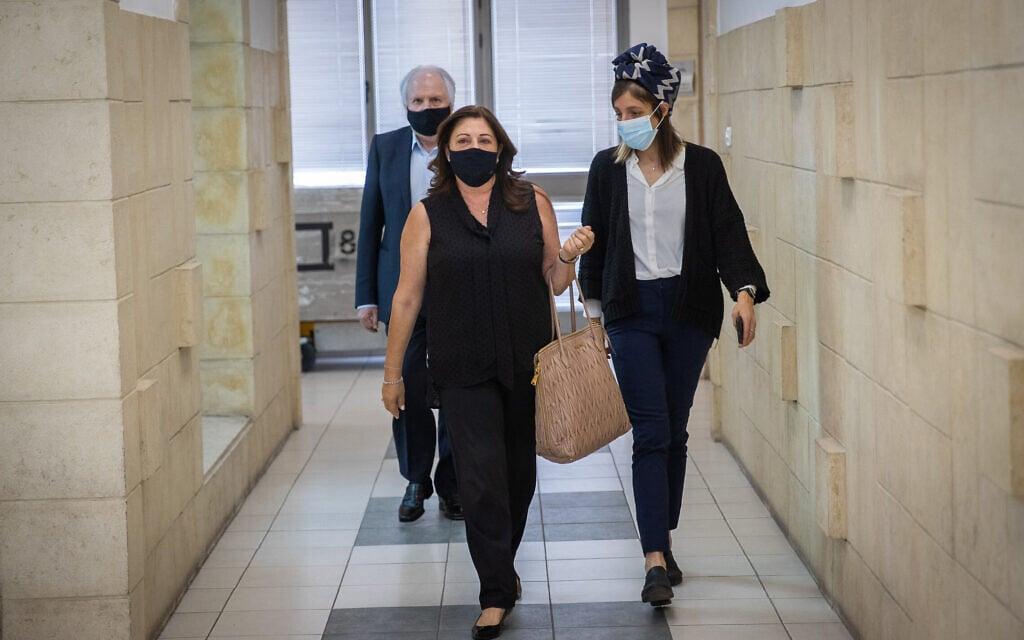 איריס ושאול אלוביץ' בבית המשפט המחוזי בירושלים, 26 במאי 2021 (צילום: יונתן זינדל, פלאש 90)