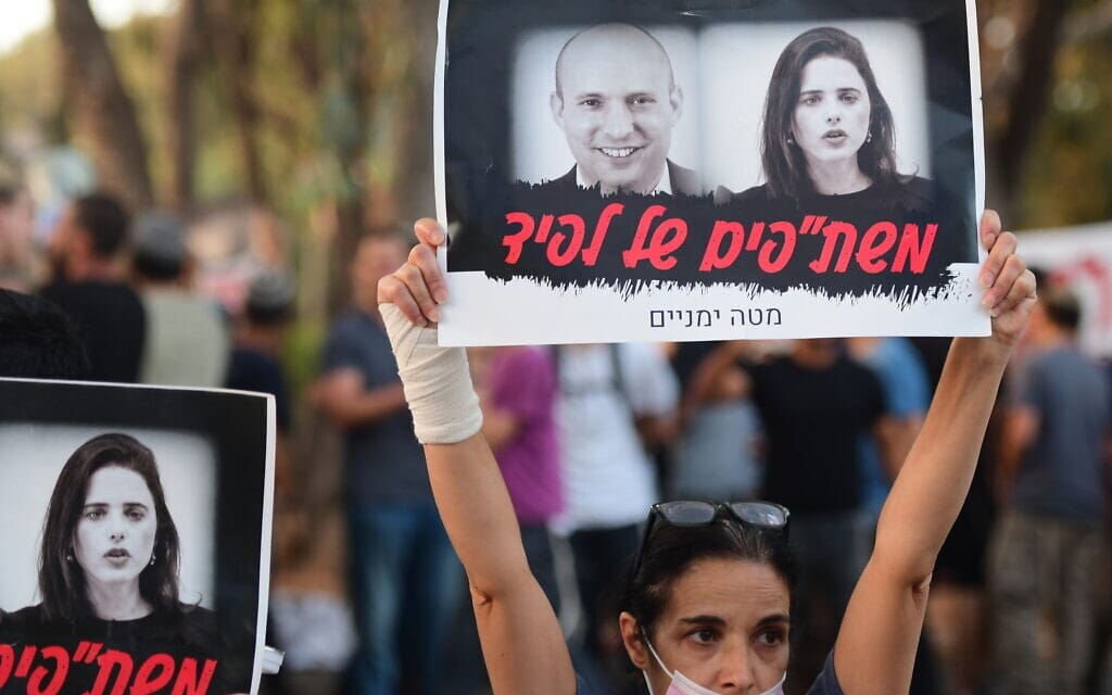 תומכי נתניהו ומתנגדיו מפגינים מול ביתה של איילת שקד, 30 במאי 2021 (צילום: Avshalom Sassoni/Flash90)