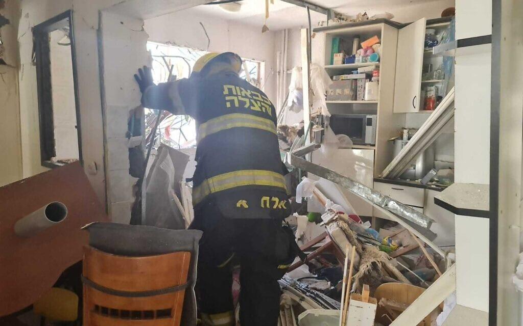 כבאי בבניין שספג פגיעה ישירה באשדוד במבצע שומר החומות, 17.5.2021 (צילום: מדא)