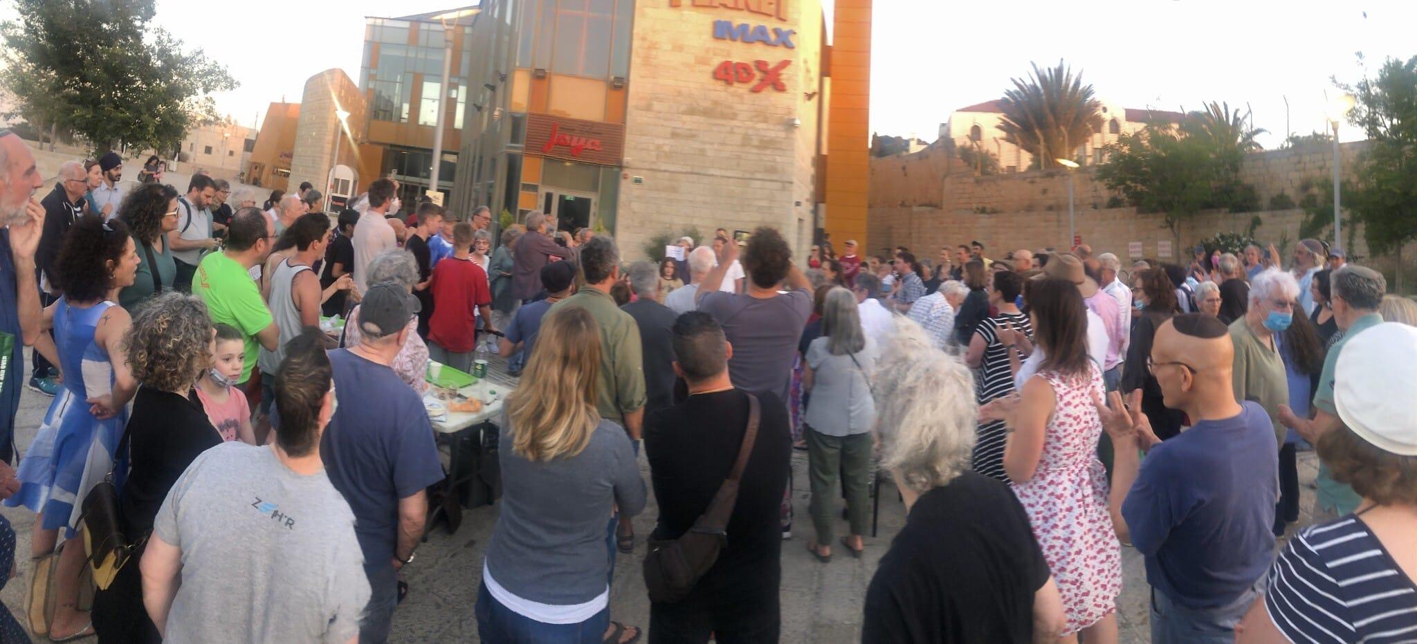 תושבים יהודים מאבו תור והשכונות הסמוכות התאספו ברחבת קולנוע יס פלאנט באבו תור, ירושלים, כדי להביע עמדה נגד האלימות ובעד סולידריות, 20 במאי 2021 (צילום: סו סורקיס)