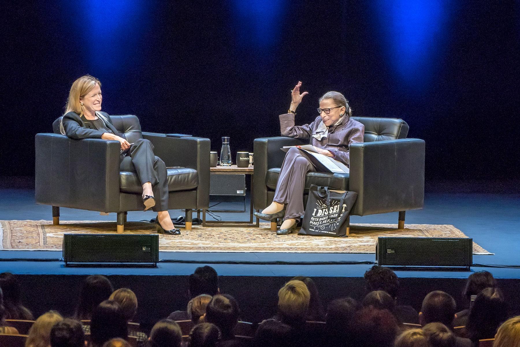 רות ביידר גינזברוג ואמנדה ל. טיילר בסימפוזיון באוניברסיטת ברקלי ב-2005 (צילום: אוניברסיטת ברקלי)