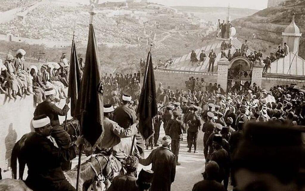 מוסלמים עולים לרגל לנבי מוסא בירושלים באפריל 1920