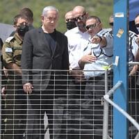 """ראש הממשלה בנימין נתניהו לצד המפכ״ל קובי שבתאי בזירת האסון בהר מירון, 30 באפריל 2021 (צילום: קובי גדעון/לע""""מ)"""