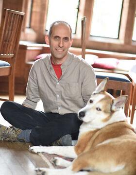 אריק קרשנבאום עם כלבו, דרווין (צילום: באדיבות אריק קרשנבאום)
