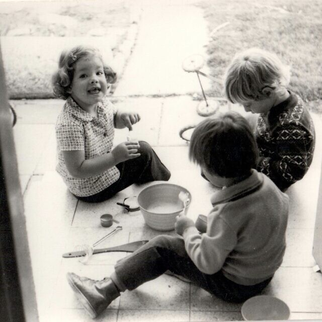 רונית פלנק (משמאל) עם ילדים נוספים בקיבוץ להב, ישראל, 1975 (צילום: באדיבות רונית פלנק)