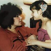 רונית פלנק עם אמה, 1980 (צילום: באדיבות רונית פלנק)