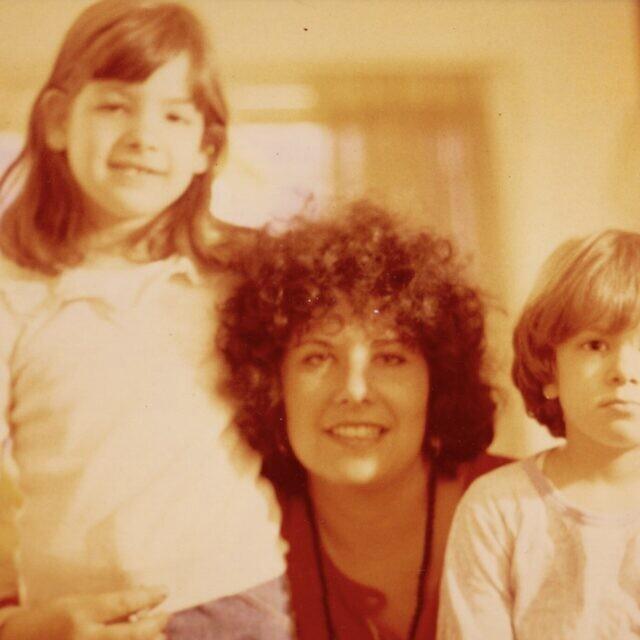 רונית פלנק ואחותה נאוה יחד עם אמן, 1980 (צילום: רונית פלנק)