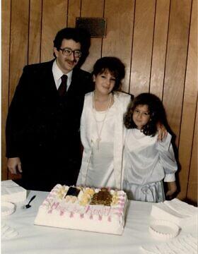 רונית פלנק (במרכז) עם אביה ואחותה נאוה במסיבת הבת המצווה שלה בבית הכנסת החופשי בפלאשינג, ניו יורק, 1985 (צילום: באדיבות רונית פלנק)