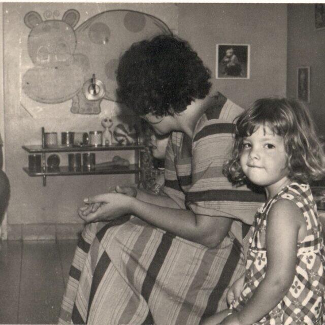 רונית פלנק בת הארבע עם אמה במסיבת פרידה בבית הילדים בקיבוץ להב, ישראל, 1976 (צילום: באדיבות רונית פלנק)