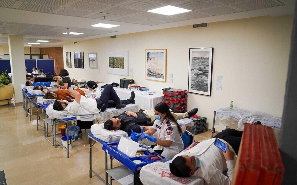 חברי הכנסת תורמים דם במליאת הכנסת, 3 במאי 2021 (צילום: נועם מושקוביץ/דוברות הכנסת)