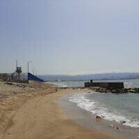 מבט מהחוף דרומה. גדר בטון של חוות המכלים חסמה קטע נוסף מהחוף, מאי 2021
