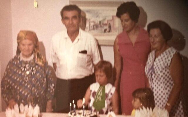 סבתא ירושלים החרדית מצד שמאל, וסבתא חילונית מימין