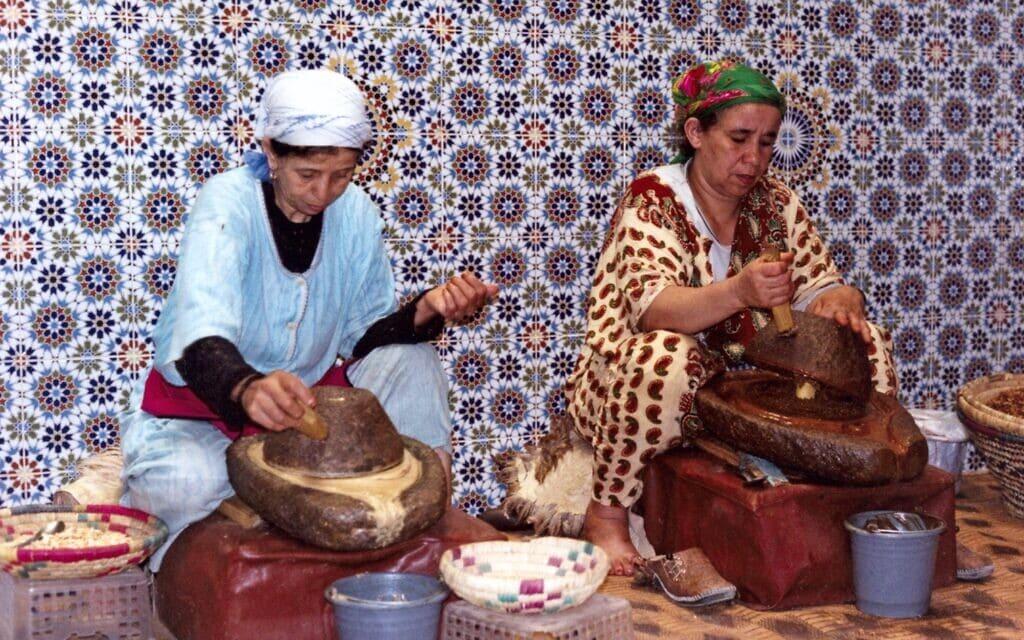 נשים מרוקאיות מפיקות שמן ארגן בשיטות מסורתיות (צילום: ויקיפדיה)