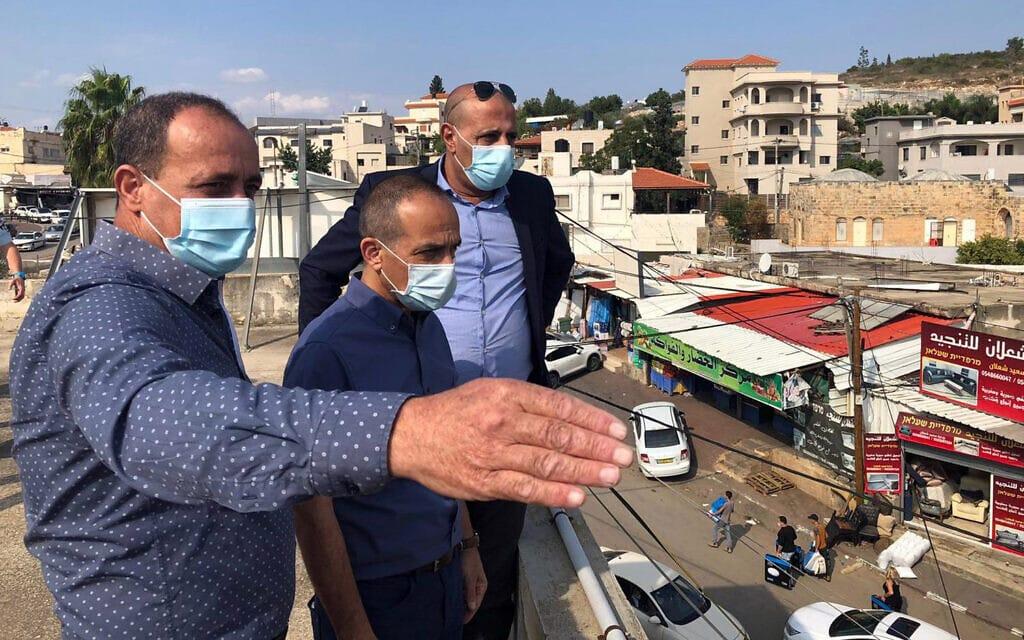 פרויקטור הקורונה אז פרופ' רוני גמזו עם פרויקטור הקורונה במגזר הערבי איימן סיף מבקרים בברטעה בנובמבר 2020 (צילום: משרד הבריאות)