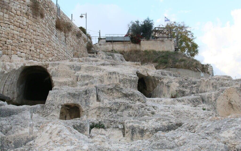 מה שמאמינים שהן מערות קבורה מעל בריכת השילוח בעיר דוד בירושלים (צילום: שמואל בר-עם)