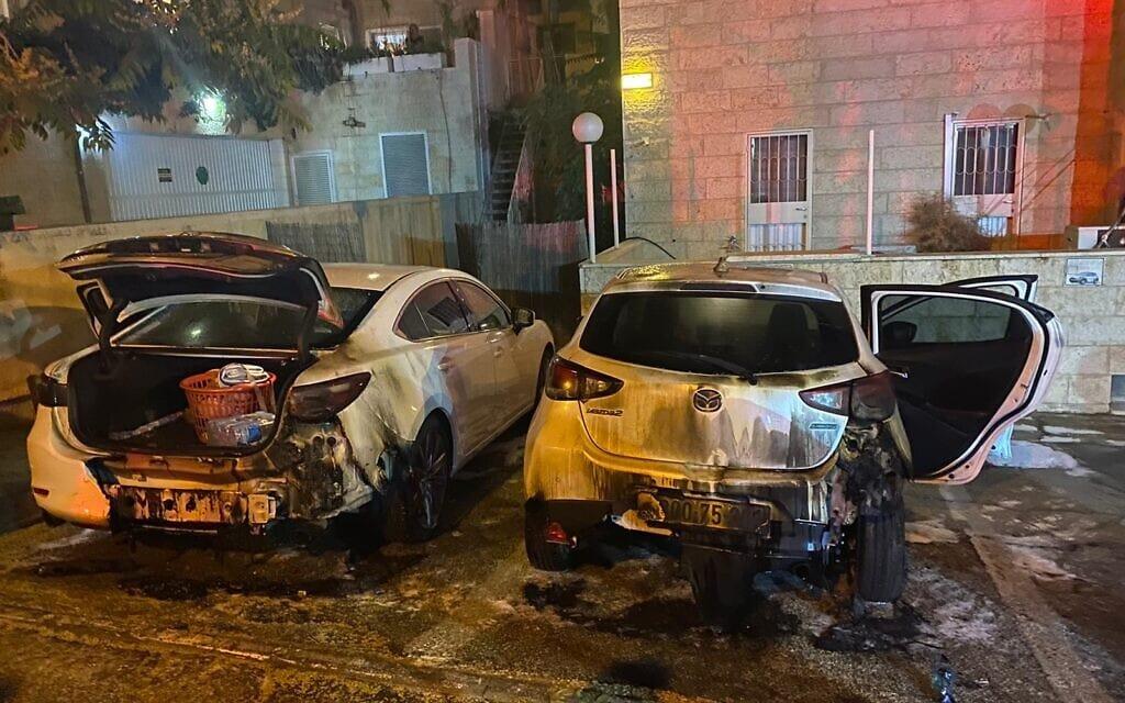 מכוניות שהוצתו בשכונת אבו תור בירושלים, 16 במאי 2021 (צילום: כבאות האש והצלה)