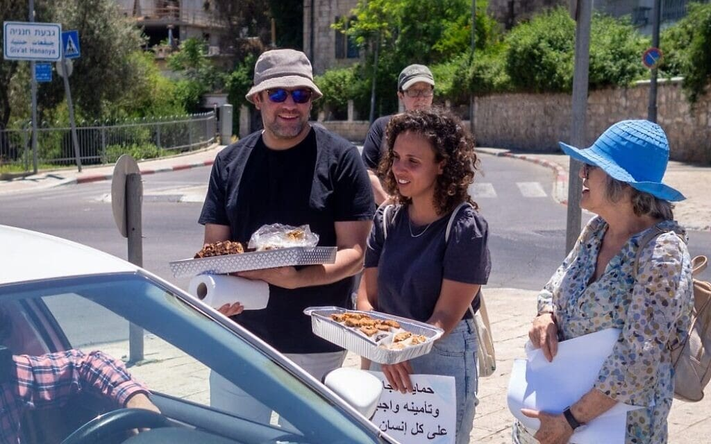 תושבי אבו תור היהודים מחלקים עוגות וסוכריות לשכניהם הערבים לכבוד עיד אל-פיטר בסיום צום הרמדאן, 15 במאי 2021 (צילום: באדיבות שכנות טובה)