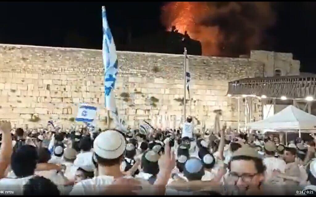 ריקודים בכותל במצעד הדגלים 2021, על רקע שריפה ליד מגדל אל אקצא, צילום מסך מסרטון בטוויטר