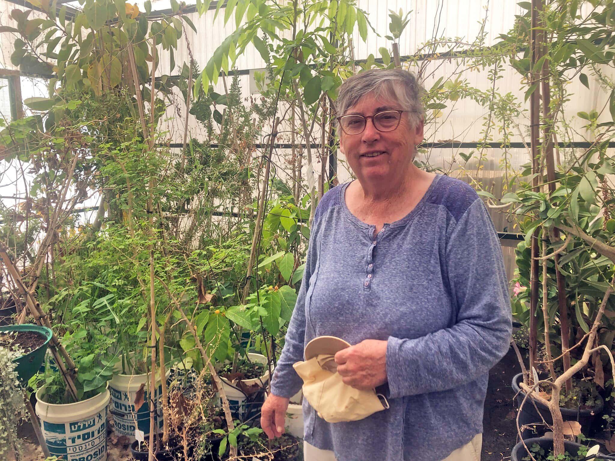 """ד""""ר איליין סולווי בחממה שלה בקיבוץ קטורה, מרץ 2021 (צילום: סו סורקיס)"""