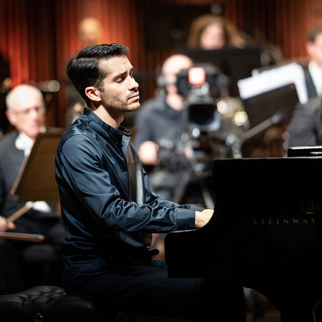 חואן פרז פלוריסטן מנגן בתחרות רובינשטיין לפסנתר בישראל, מאי 2021