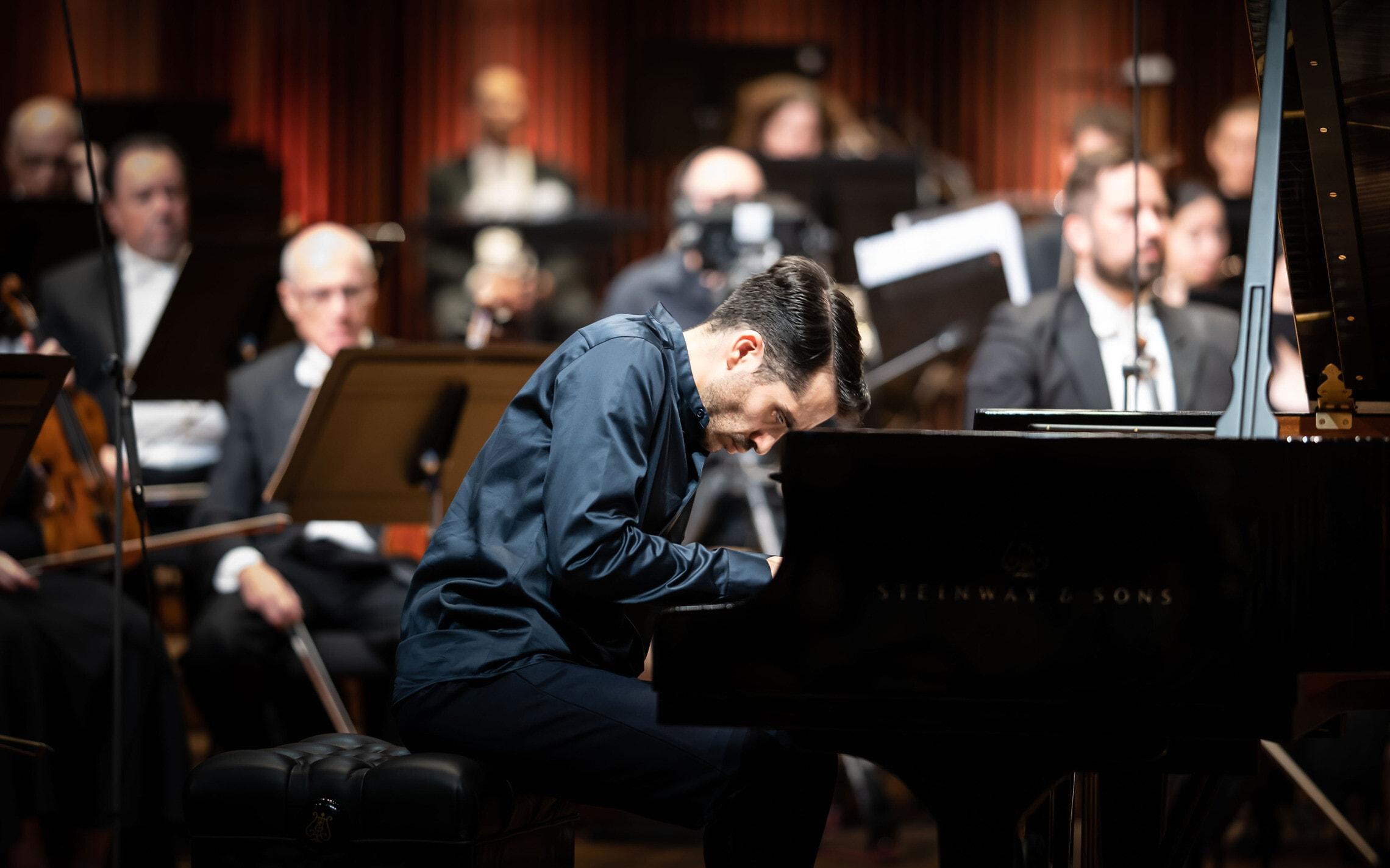 חואן פרז פלוריסטן מנגן בתחרות רובינשטיין לפסנתר בישראל, מאי 2021 (צילום: יואל לוי)