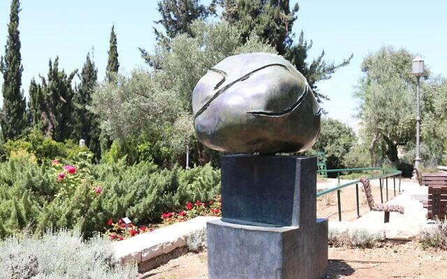 """פסל """"ראש"""" מברונזה שפיסל ז'ואן מירו בגינה הספרדית בגן וואהל לוורדים בירושלים, אפריל 2021 (צילום: שמואל בר-עם)"""