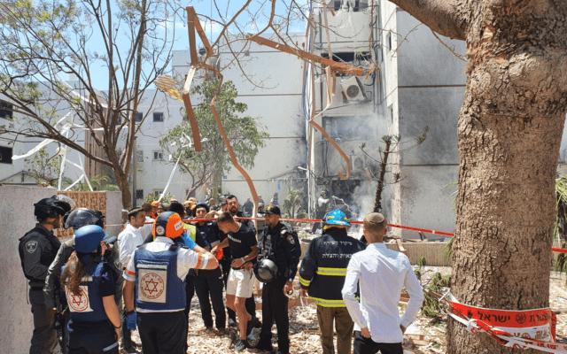 בניין ספג פגיעה ישירה באשדוד במבצע שומר החומות, 17.5.2021 (צילום: מדא)