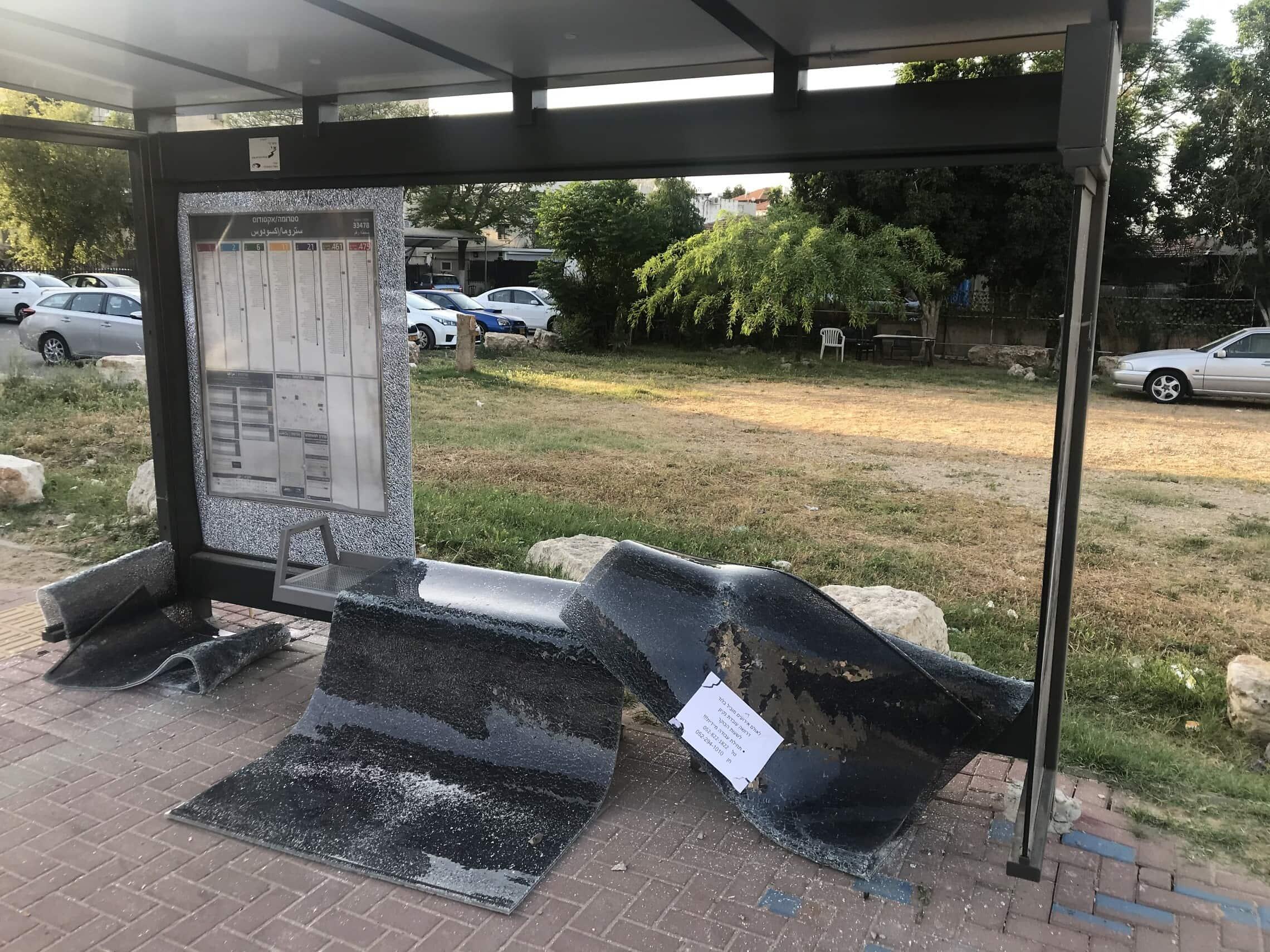 תחנת אוטובוס שרופה בלוד, 11 במאי 2021 (צילום: אמיר בן-דוד)