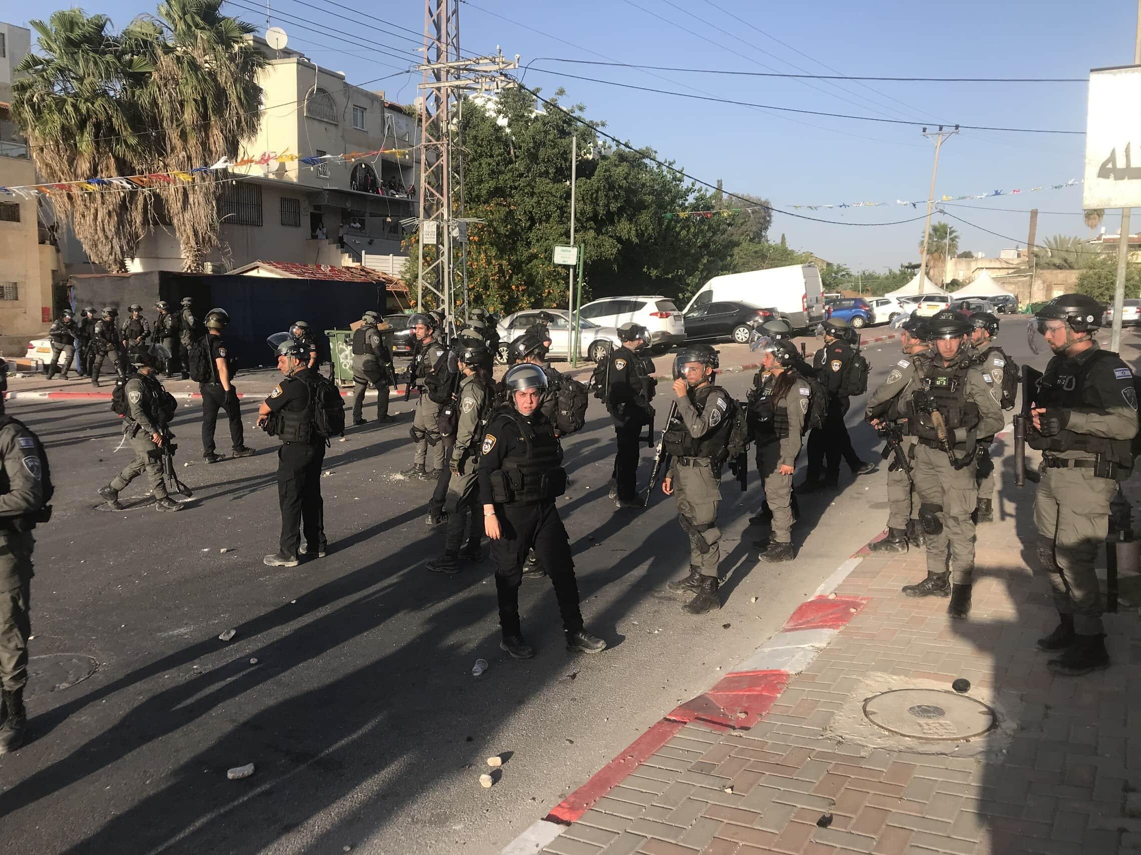 """כוחות מג""""ב בלוד במהלך הלוויה של מוסא חסונה (צילום: אמיר בן-דוד)"""