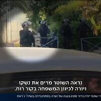 שוטר יורה כדור גומי בגבה של הנערה בשיח ג'ראח, צילום מסך מחדשות כאן