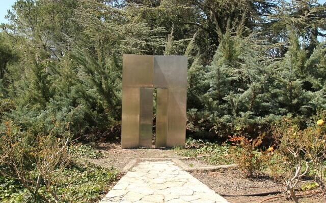 """""""דלת נפתחת"""" בגן הגרמני שבגן וואהל לוורדים בירושלים, אפריל 2021 (צילום: שמואל בר-עם)"""