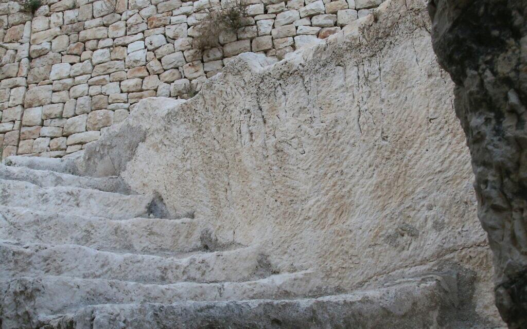 מדרגות ליד מערות הקבורה בעיר דוד (צילום: שמואל בר-עם)