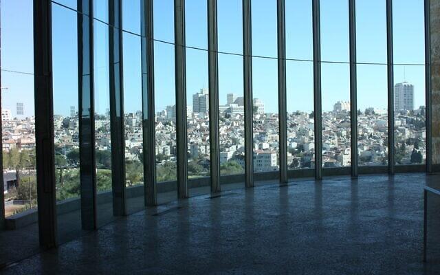 חלון פנורמי עצום מציע מבט לשכונת נחלאות מבניין בית המשפט העליון בירושלים (צילום: שמואל בר-עם)