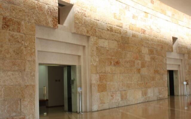 קיר מאבן ירושלמית בבית המשפט העליון בירושלים, אפריל 2021 (צילום: שמואל בר-עם)