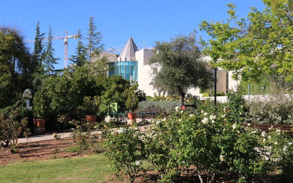 נוף לבית המשפט העליון מגן וואהל לוורדים בירושלים, אפריל 2021 (צילום: שמואל בר-עם)