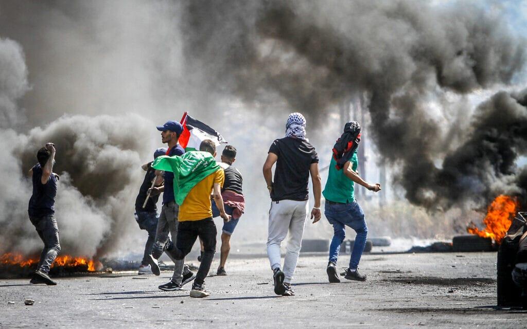 """פלסטינים מתעמתים עם צה""""ל במחסום חווארה, 14.5.2021 (צילום: נאסר אישתאיה, פלאש 90)"""