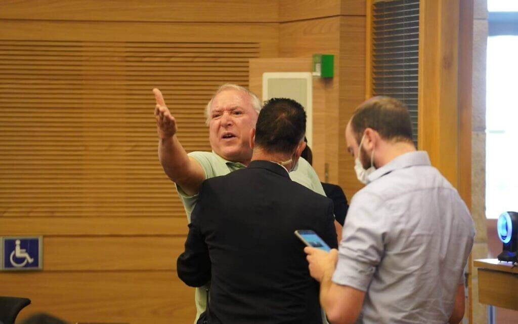 חבר הכנסת דוד אמסלם מוצא מהדיון בוועדה המסדרת, 29 ביוני 2021 (צילום: דני שם טוב, דוברות הכנסת)