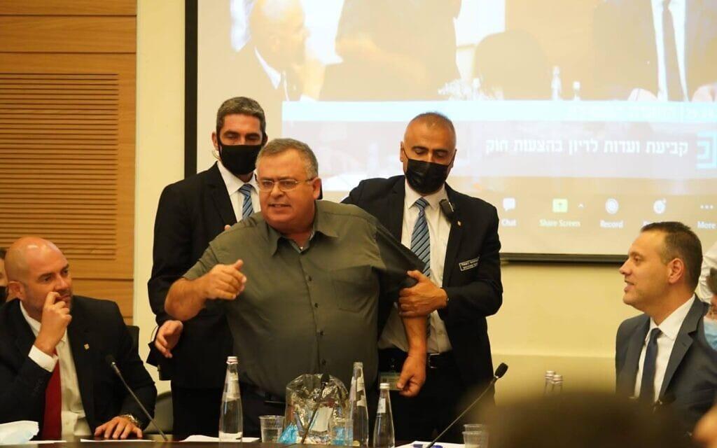 חבר הכנסת דוד ביטן מוצא מהוועדה המסדרת, 29 ביוני 2021 (צילום: דני שם טוב, דוברות הכנסת)