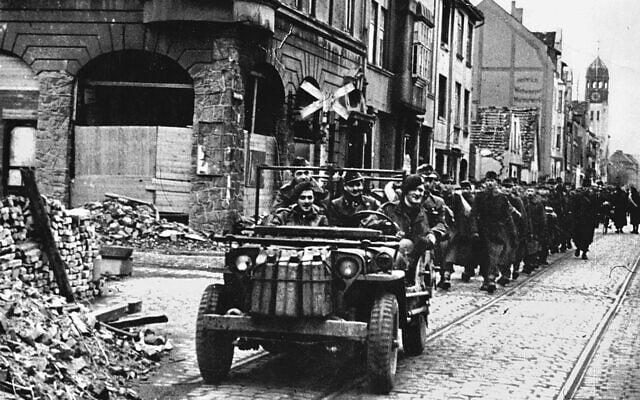 איאן האריס מוביל חיילים גרמנים שבויים באוסנברוק, גרמניה, אפריל 1945 (צילום: באדיבות מוזיאון המלחמה האימפריאלי)