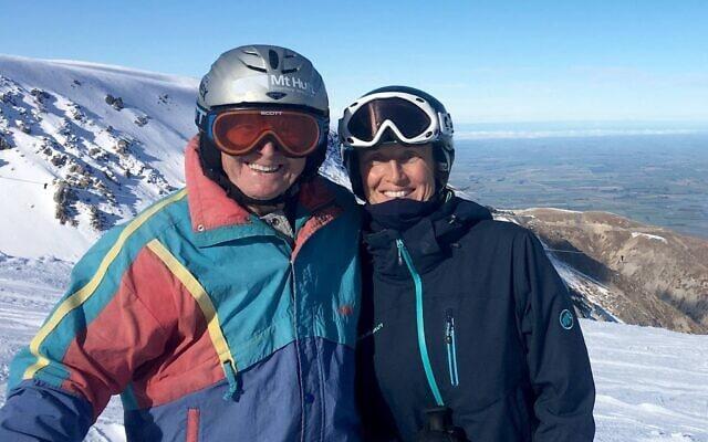 וילי הובר (משמאל) בגיל 94, לצד האלופה האולימפית אנליז קוברגר (צילום: Mt Hutt)